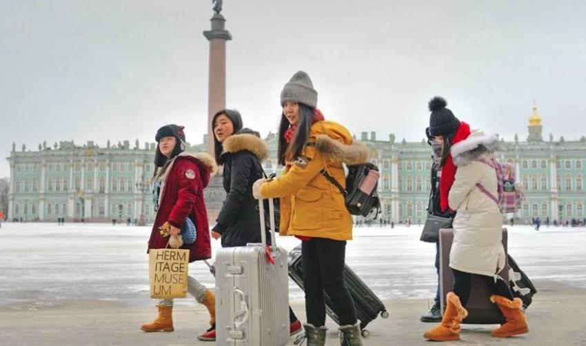 Туристы стали массово отказываться от новогодних поездок в Петербург